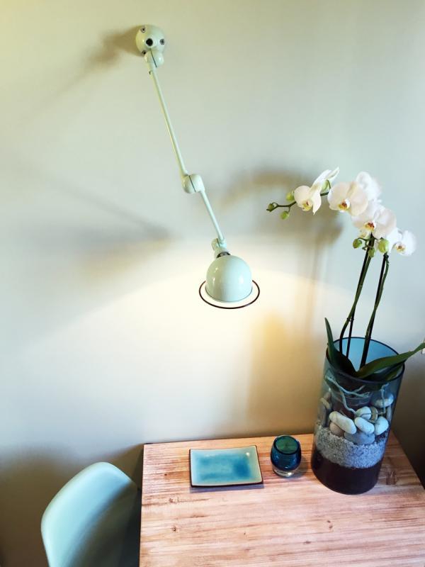 Erg blij met de Zeegroene Jieldé Signal wandlamp. In perfecte harmonie in de funky sfeer!