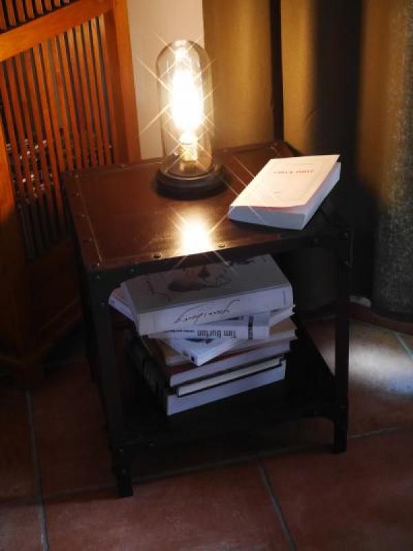 Een kleine tafel waar je met liefde je boeken op zet