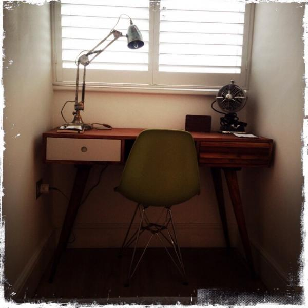 Ik hou van mijn Stockholm bureau en mijn 1957 bureaulamp! wondefully retro