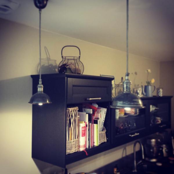 Prachtige hanglamp boven onze bar die een retro touch geeft. Ze zijn een sensatie voor onze vrienden