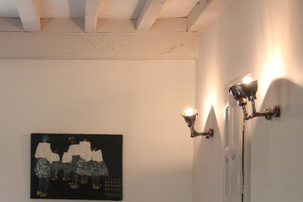 Prachtige Dubbele wandlamp die de kamer erg goed verlicht en praktisch omdat we de lamp kunnen verstellen zoals we willen!