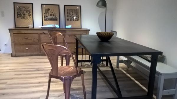 Kerizel tafel en meerdere koperen stoelen : een mooie mix
