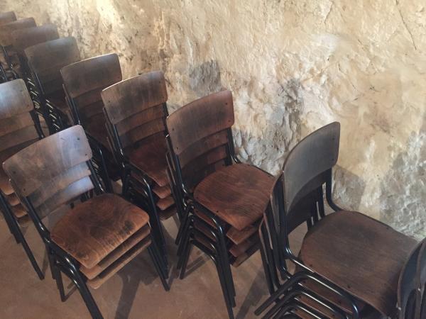 Zeer mooie, goed gemaakte en stevige stoelen. We hebben er een aantal om een receptiezaal in te richten, en we zijn net geboekt met 55 stoelen voor de inrichting van ons volgende restaurant. Efficiënte en attente levering!
