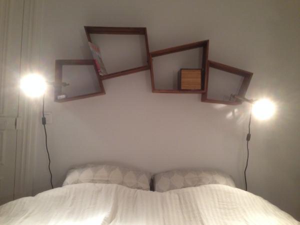Twee Stockholm planken boven ons bed, ze zien er elegant uit en zijn erg handig! Ik had graag anderen toegevoegd, maar er is geen ruimte