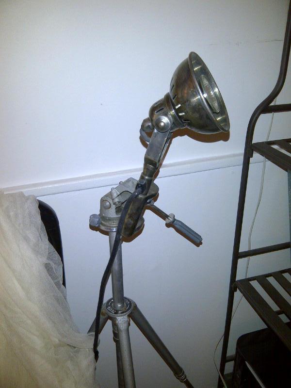 De tafellamp bevestigd op een fotografisch statief - is een originele staande lamp! We hebben de industriële stijl gecombineerd met de fotografische stijl, dankzij PIB