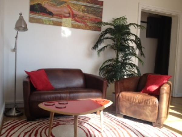Rode Baron bank en fauteuil voor een vrolijke en comfortabele woonkamer