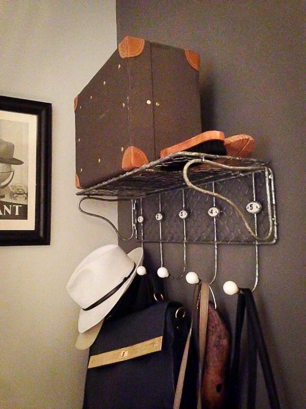 Een vintage jassenrek, vintage accessoires... Precies wat we nodig hadden voor onze ingang