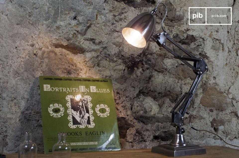 Diameter van de lampenkap: 10cm  Lengte van de armen: 2x25cm   Volledig gemaakt van verzilverd koper