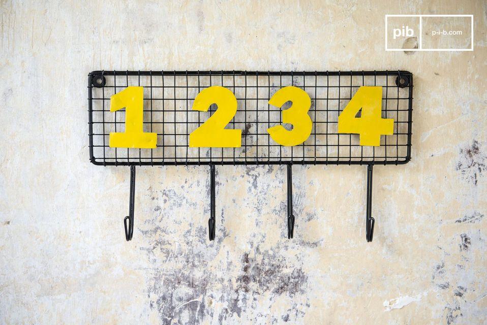 Praktisch dankzij de 4 genummerde haken en doortastend door zijn vintage design in zwart gaas en