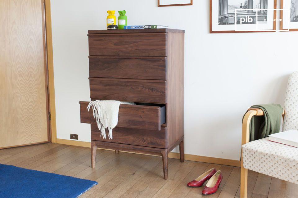 De adel van notenhout wordt in dit meubel uitvergroot: de vijf ladenkast Hemët is gemaakt van licht