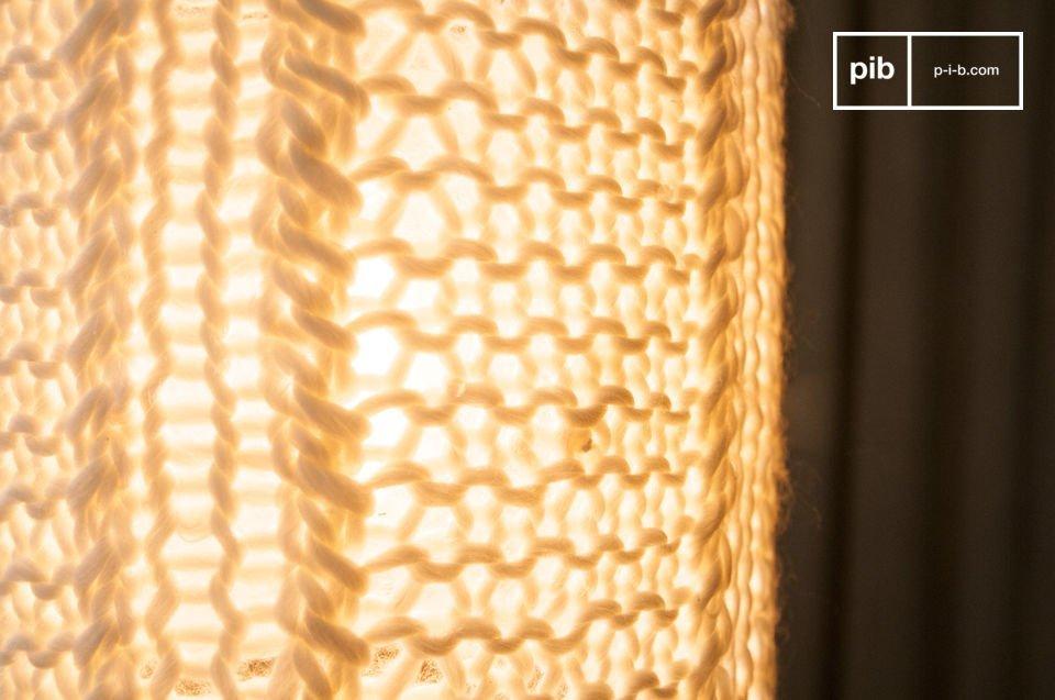 De Aguëla hanglamp is een kleine lamp dat een mooie zachte licht zal verspreiden in je kamer en