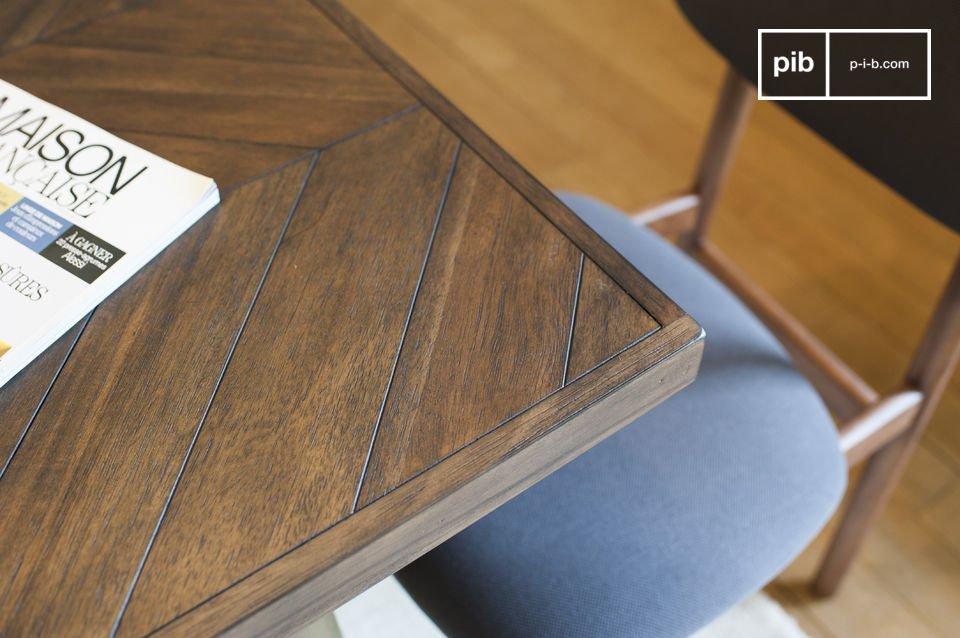 De Alienor houten tafel is zeer stabiel met haar poten gemaakt van gelakt koper