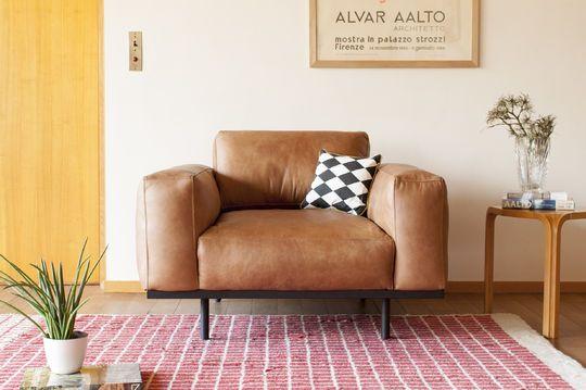Amandel fauteuil in bruin leer