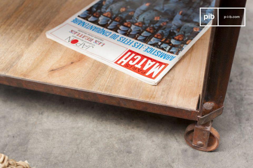Deze vintage industriele salontafel toont twee gelakte houten bladen