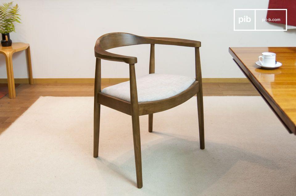 Deze leunstoel van typische Scandinavische stijl speelt in op het contrast tussen het donkere hout