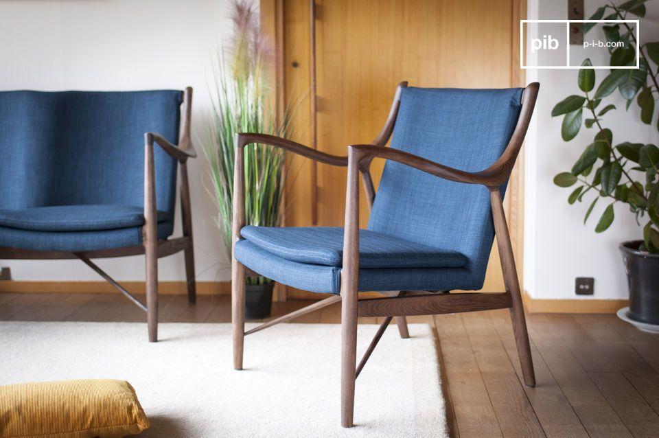De discrete elegantie van een blauwe en houten fauteuil met retro inspiratie