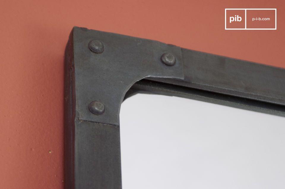 Hang de spiegel verticaal aan de muur of plaats het op een meubelstuk
