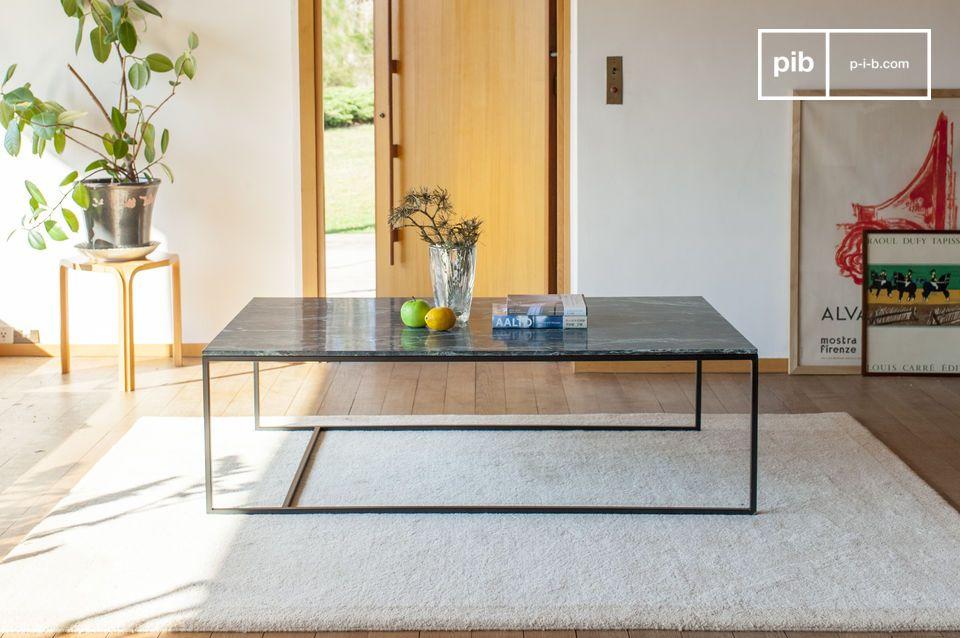 Een grote salontafel van groen marmer, met een verfijnd en elegant design