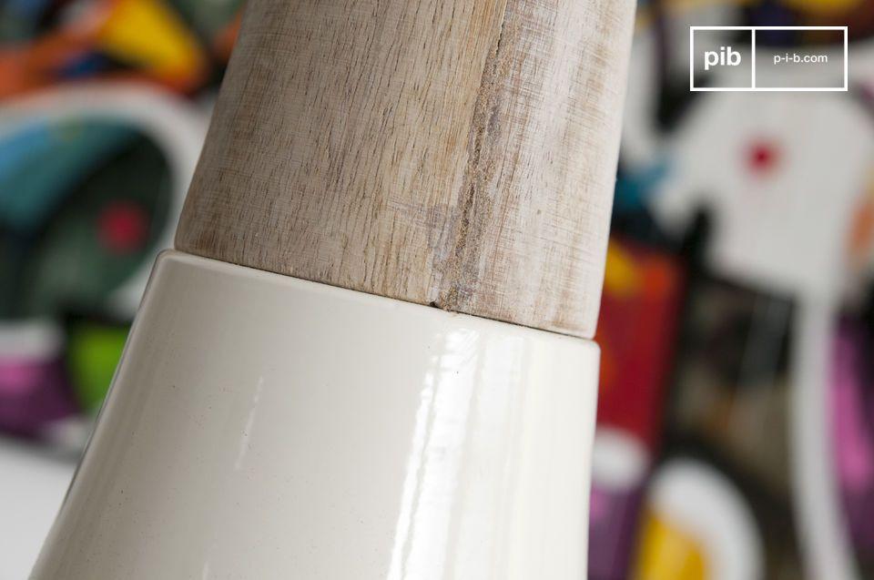 De Balissö hanglamp bestaat uit twee verschillende materialen: een grote metalen deel met een