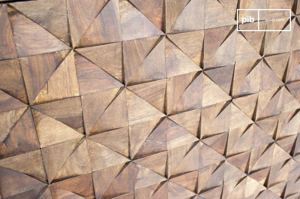 Op de deuren zijn bijna 500 houten driehoeken met de hand aangebracht om deze bijzondere grafische