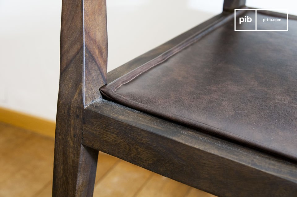 Geniet van de afgewerkte randen van de armleuningen en stoelpoten