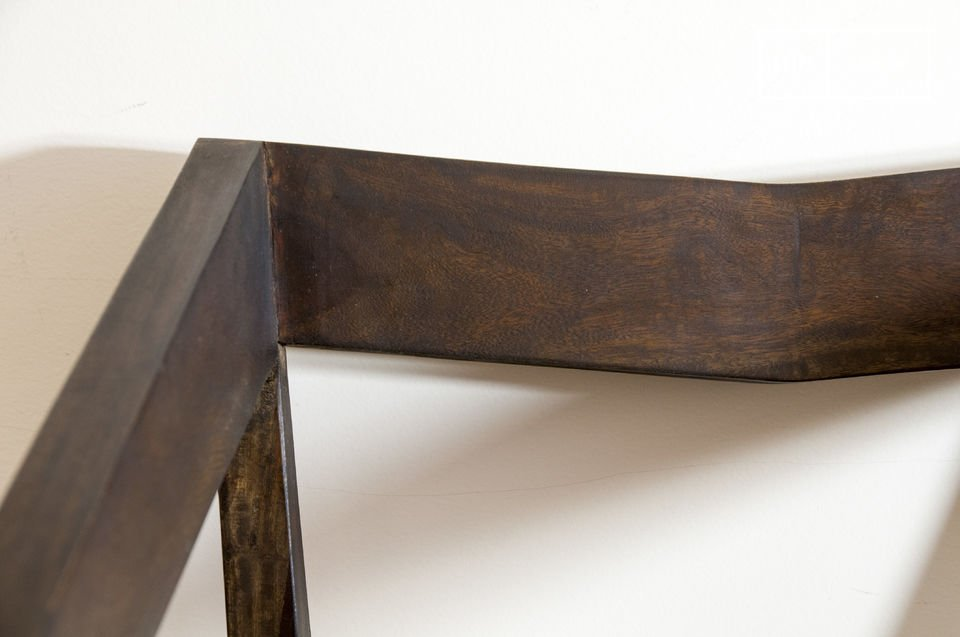 De eenvoud van deze stoel met armleuningen maakt dat de stoel zijn plaats vindt in een modern