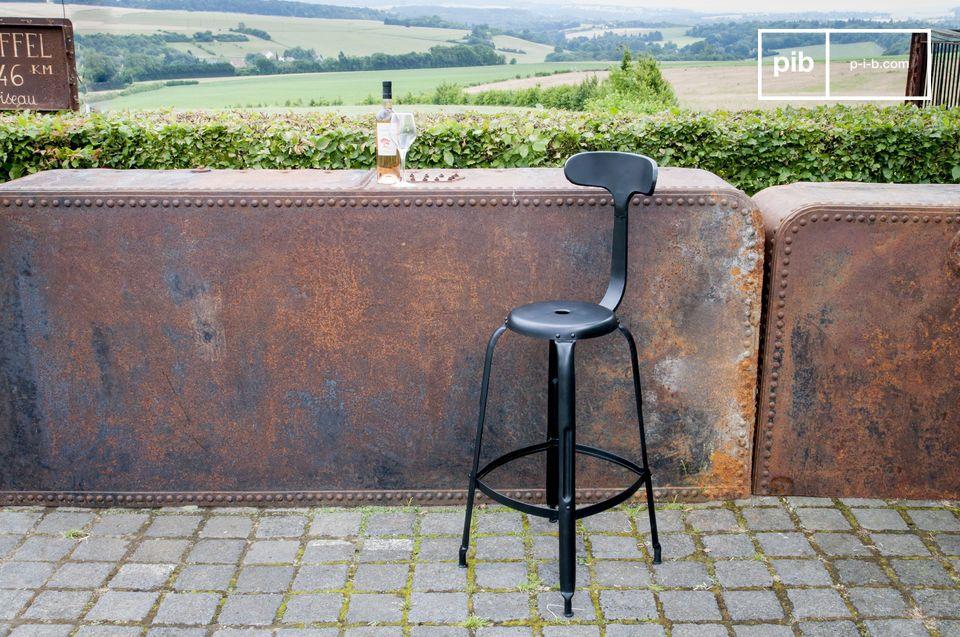 Een barstoel die comfort en vintage industriële stijl combineert