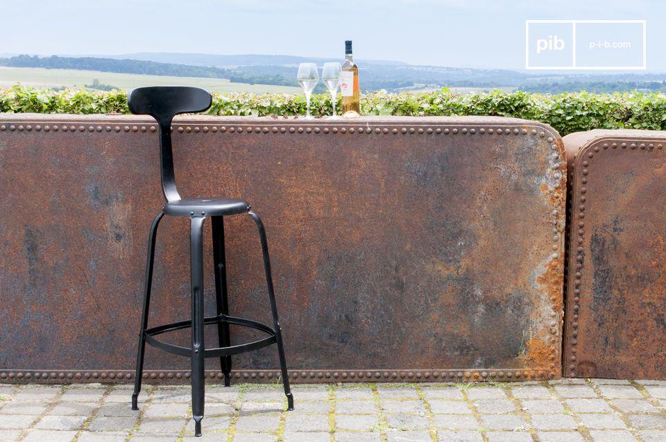 Barstoel met zwarte klinknagels