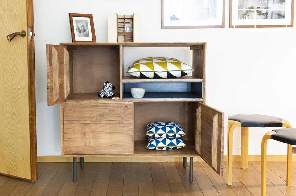 Het ontwerp van deze vintage meubels is volledig gemaakt van massief acaciahout met een matte