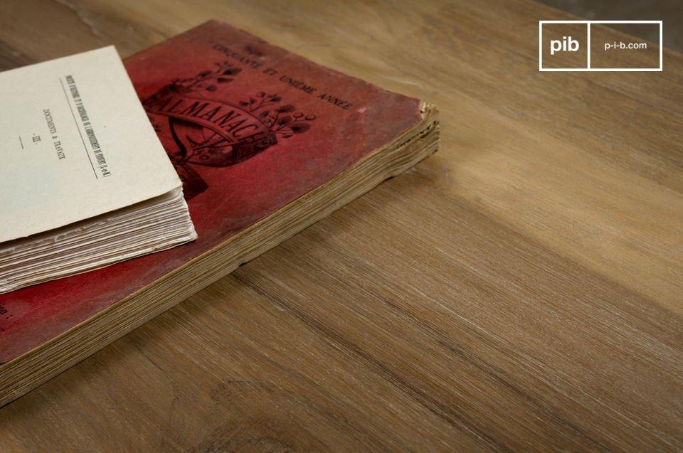 Deze salontafel heeft een oud massief houten blad en een metalen frame