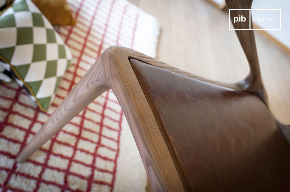 Het uitgekiende design van deze Bentwood stoell Kirsten wordt bewonderd