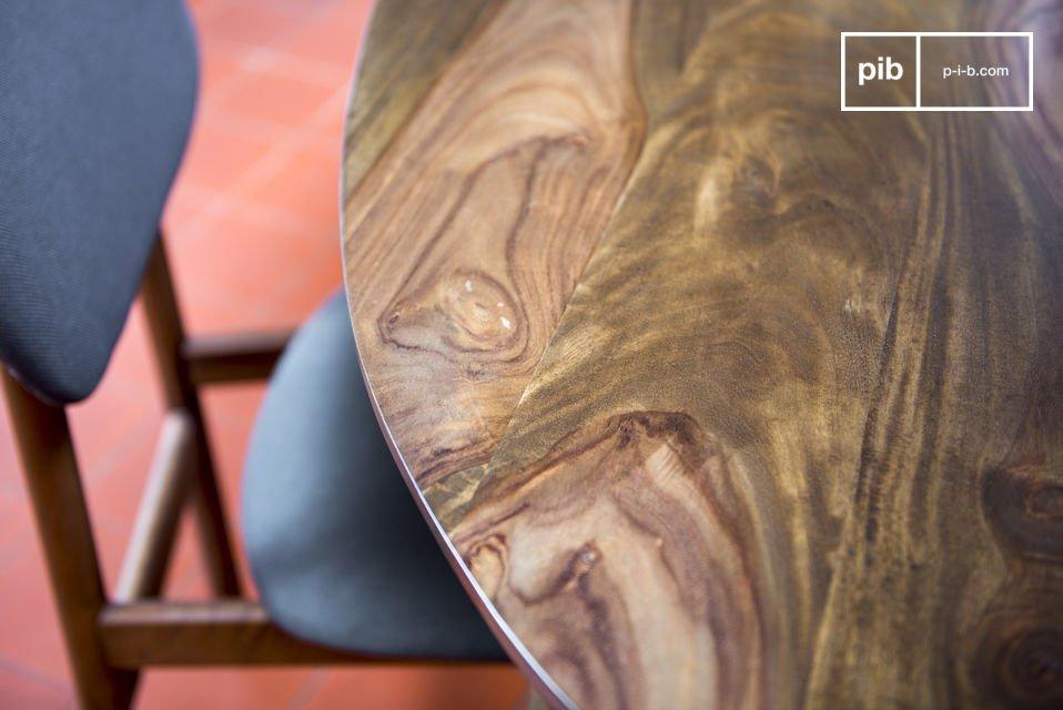 De Bikhatz eettafel doet denken aan de eetkamer tafels van de jaren 50 door het donkere hout en