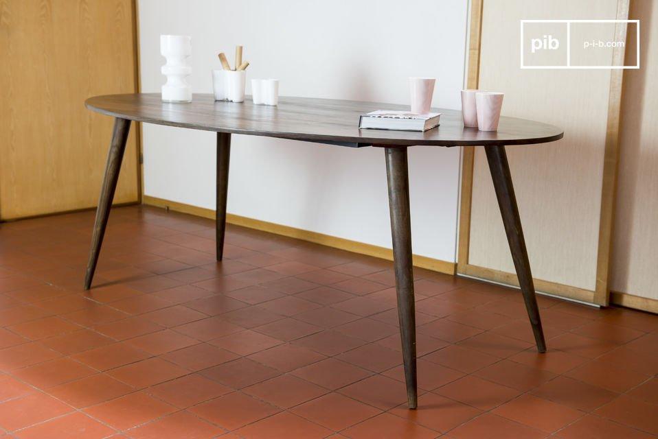 De tafel past perfect in het midden van de eetzaal
