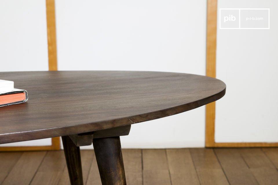 De Bikhatz salontafel doet denken aan de modellen van de jaren 50 door het donkere hout en