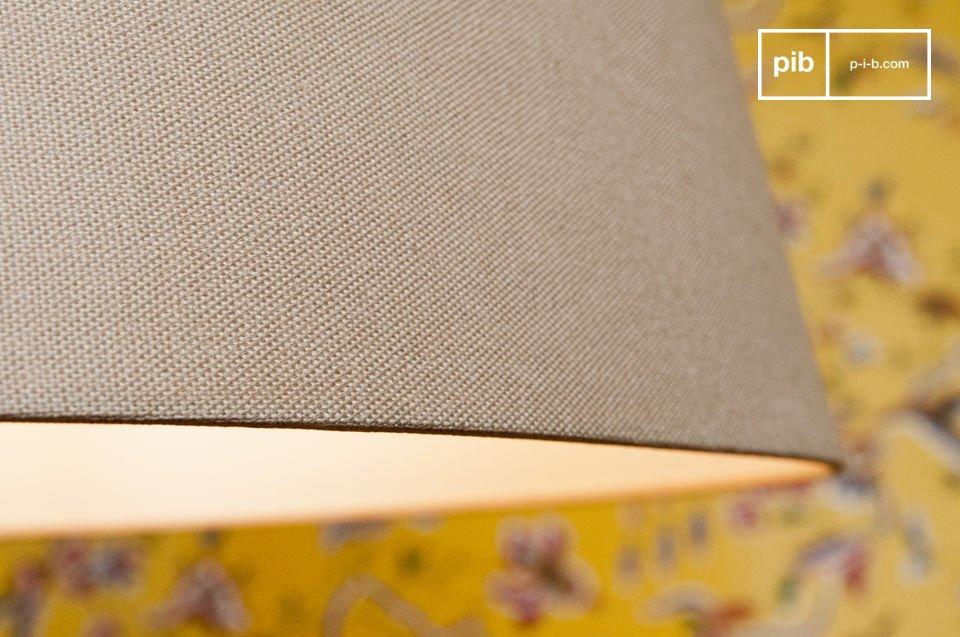 Het gebeitste hout is een perfecte match met de licht grijze lampenkap die gemaakt is van linnen en