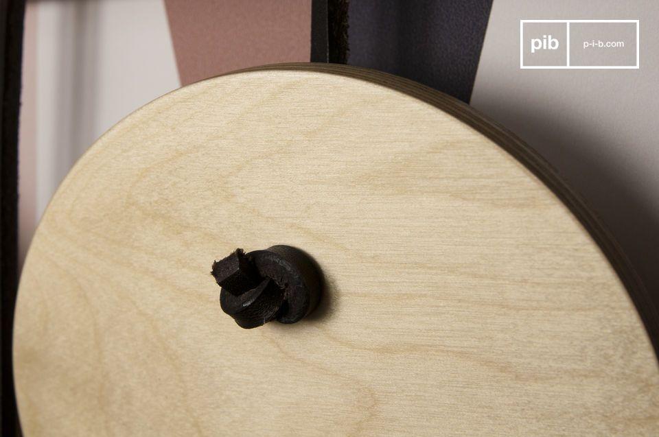 De gelakte houten schijven zijn aan elkaar bevestigd door de leren bandjes