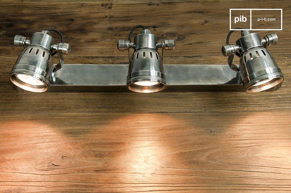 Volledig gemaakt van verzilverd koper, deze driekoppige wandlamp heeft een vintage stijl