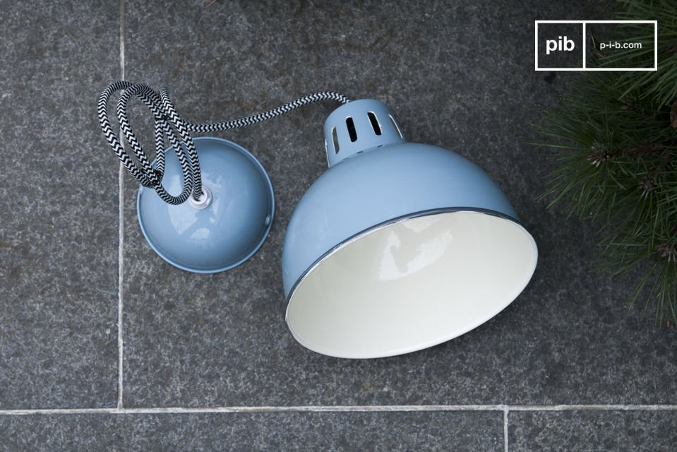 De mooie blauwe afwerking van de Snöl hanglamp schijnt vanaf je plafond en brengt een vleugje
