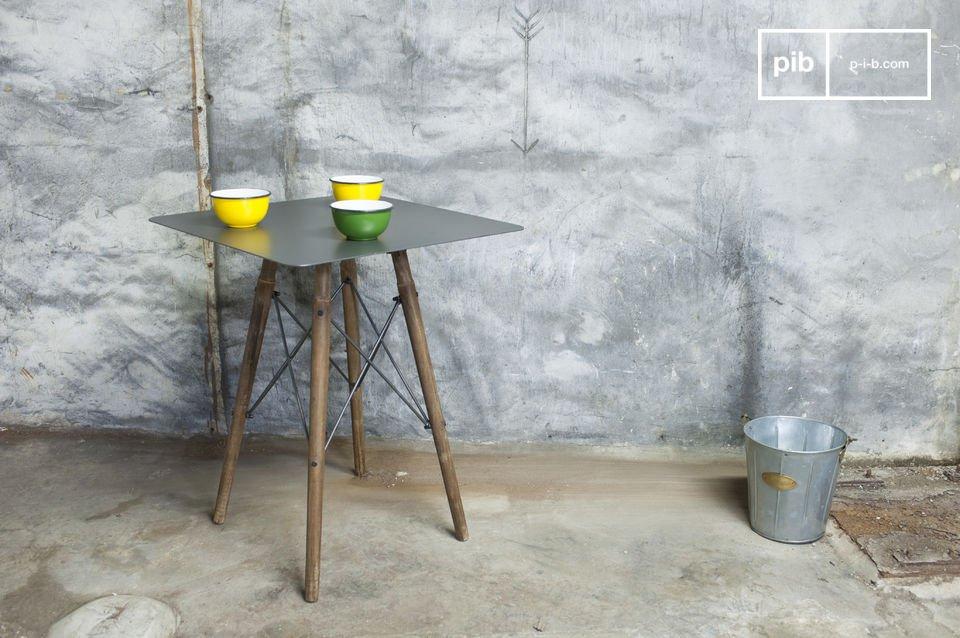 Onder het metalen tafelblad zijn vier poten bevestigd die samenkomen en dus zorgen voor stabiliteit