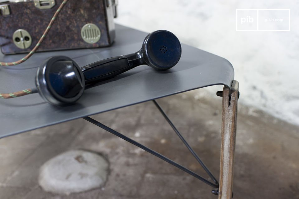 Deze Bow salontafel is in staat om elegante verfijning en de ruwe industriële stijl te combineren