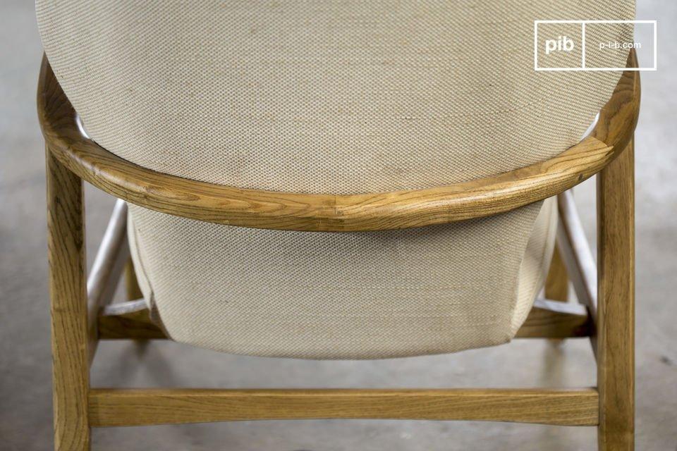 De bekleding van het zitmeubel heeft een neutrale kleur en dit biedt een mooi contrast tegen het houten frame