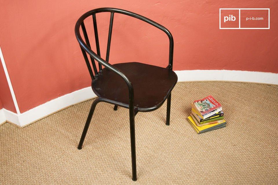 Deze ijzersterke stoel heeft een industrieel karakter dankzij het buizenframe en de donkere