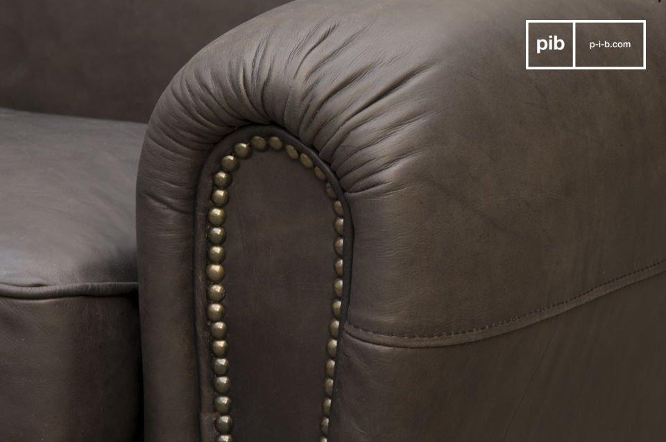 De diepe zitting is gevuld met schuim en veren, evenals de rug- en armleuning die uitstekende comfort bieden