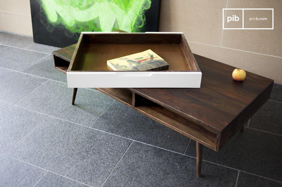 Deze salontafel is gemaakt van massief gelakt rozenhout en is een typisch Scandinavisch meubelstuk