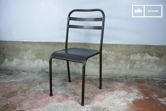 Bruine opstapelbare metalen stoel