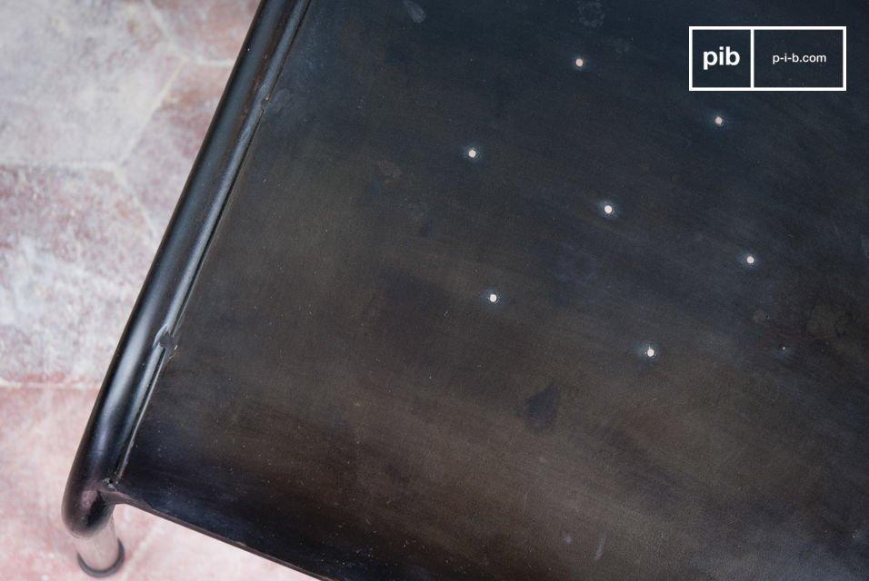 ijzersterke stoel met een donkere finish