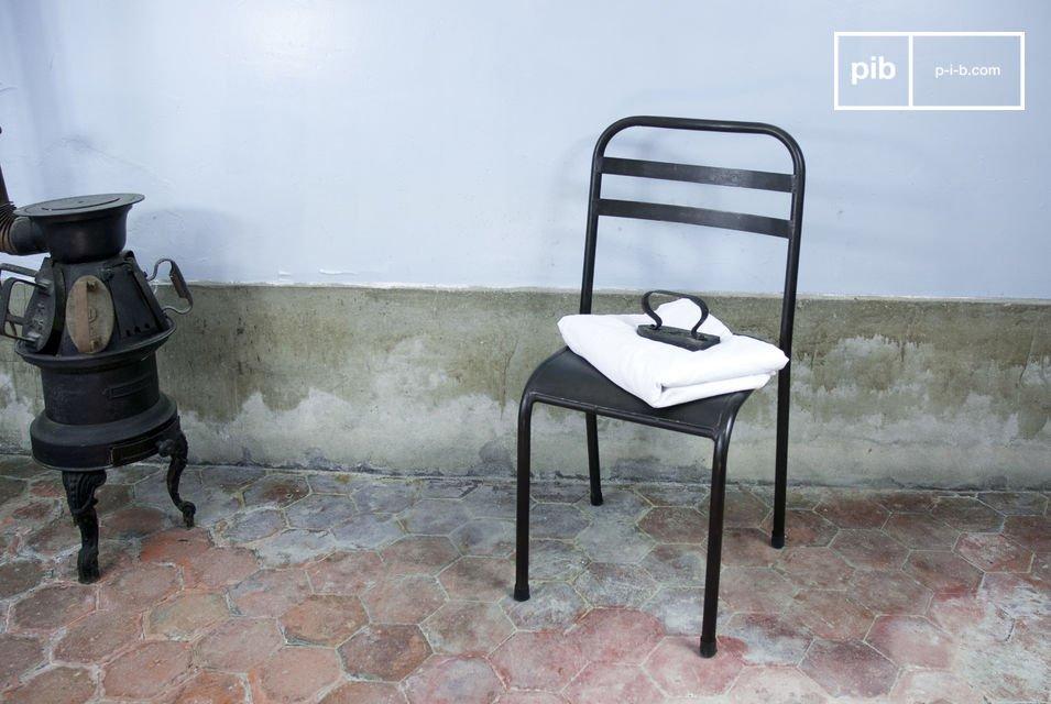 Deze ijzersterke stoel voegt een industriële touch toe aan je tafel