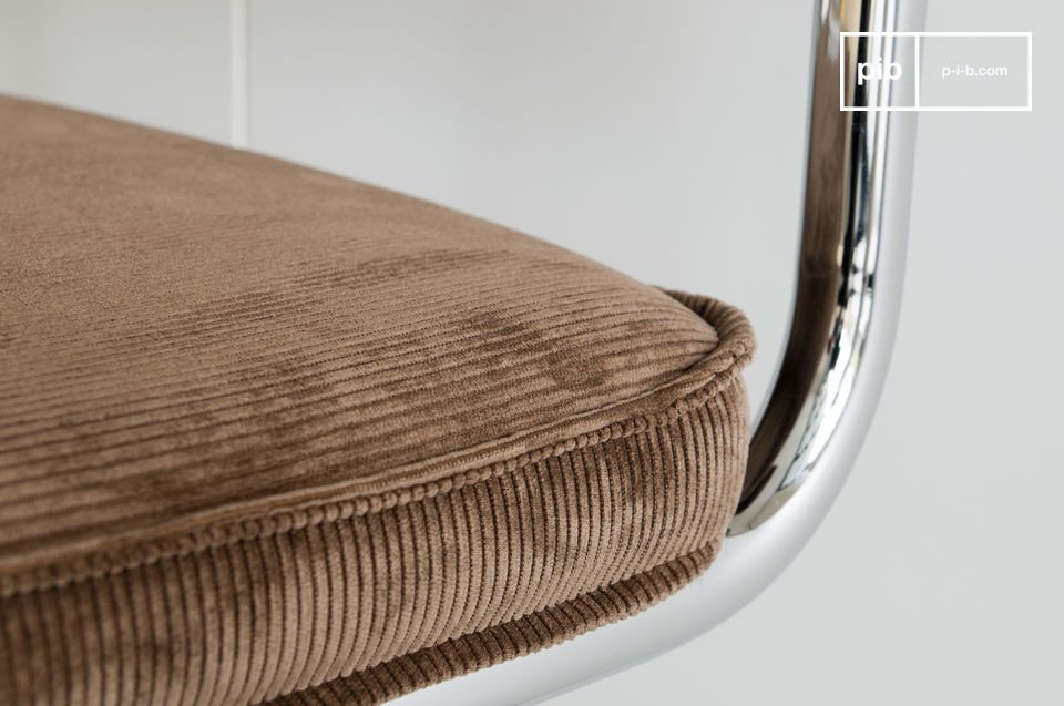 Vandaag de dag laat het de vintage stijl zien, vooral wanneer het gecombineerd wordt met retro stoffen zoals de fluwelen Krömart stoel
