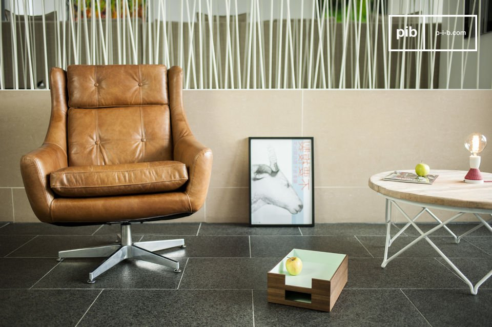 Het stervormige voetstuk van deze retro fauteuil is van metaal gemaakt en maakt het een draaibare