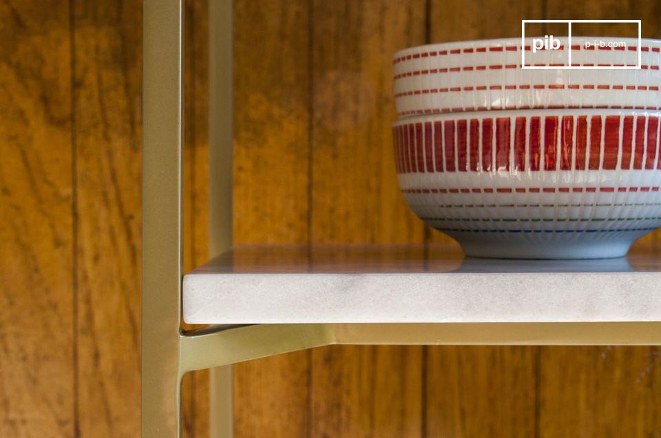 Met de vier witte marmeren platen en de lichtgouden metalen structuur brengt deze plank charme en